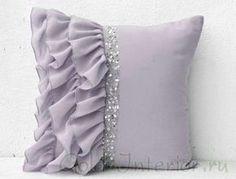 Декоративная подушка с оборками, выполненная своими руками
