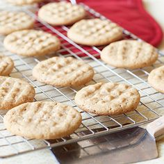 This simple peanut butter cookies recipe is a must-have for those moments when a quick dessert is needed on hand. Taking less than 20 minutes to put together and 15 minutes to bake, you can have homemade peanut butter cookies in an easy … Homemade Peanut Butter Cookies, Classic Peanut Butter Cookies, Peanut Butter Cookie Recipe, Gluten Free Cookies, Gluten Free Desserts, Just Desserts, Delicious Desserts, Yummy Cookies, Healthy Cookies