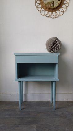 Un joli chevet aux pieds fuselés repeint en bleu sixties (mon petit meuble) et Cornworth white (Farrow & Ball) pour l'étoile et l'intérieur du tiroir. www.monpetitmeuble.com