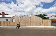 Casa Perfil / Black Line One X Architecture Studio© Peter Bennetts Wood Architecture, Australian Architecture, Australian Houses, Melbourne Architecture, Installation Architecture, Architecture Interiors, Wooden Facade, Villa, Architect House