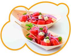 Receta de salmón marinado con queso feto presentado en los pequeños platos de madera de bambú tipo barquitas. El salmón es una excelente fuente de proteínas de alto valor biológico, al igual que el resto de pescados. Una ración de salmón nos aporta alto contenido de proteínas y ácidos grasos omega-3, y un contenido moderado en grasas. Consumir habitualmente este pescado azul nos ayuda a cuidar nuestro cuerpo y nuestro corazón.  ¡Buen provecho!