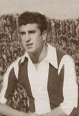 Carloa Vieira - Carlos dos Santos Vieira nasceu no dia 11 de abril de 1928. Depois de dar nas vistas ao serviço do S.C. Beira-Mar, ingressou no Futebol Clube do Porto na temporada de 1948/49. Vestiu a camisola azul e branca durante sete temporadas e terminou a sua ligação ao clube no final da época de 1954/55. A estreia com a camisola dos Dragões aconteceu no dia 5 de setembro de 1948, numa partida contra o F.C. Famalicão, com os portistas a vencem por 3-0 e onde usaram pela primeira vez na…