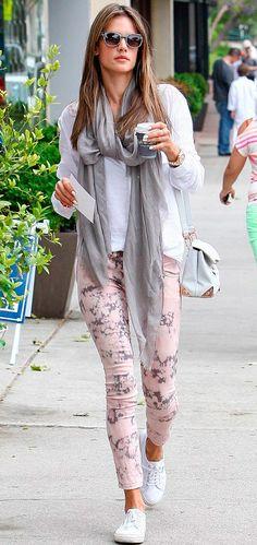 calça rosa flora + camisa branca + cachecol cinza
