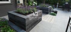 Moderne tuin met stenenbloembakken