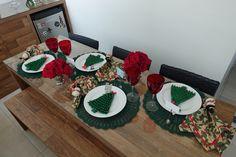 Mesa Posta de Natal, com detalhes verde e vermelho. Uso do suporte de talher e jogo americano em crochê.