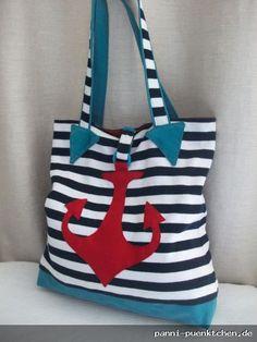 gestreifte Recycling-Tasche Strandtasche Anker  Diese maritime Tasche wurde aus einem blau-weiss gestreiften Pullover genäht. Sie ist mit einem roten Leinenstoff gefüttert, auf den eine Innentasche aufgenäht ist. Der große Anker wurde aufgenäht. Geschlossen wird die Tasche mit einem Druckknopf.  Materialien: recycelter Baumwollpulli Futter: 100% Leinen Anker: 100% Wolle Canvas Druckknopf Filzring  Tags: #Recyclingtasche, #maritim, #Anker, #Schultertasche, #Urlaub, #Strandtasche