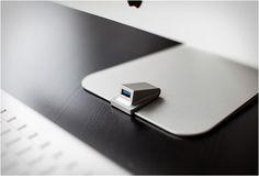 PORTA USB IMAC - IMACOMPANION  iMacompanion é outra solução inteligente que resolve o chato problema do iMac, a falha das portas USB traseiras. Feita de alumínio, iMacompanion não compromete o belo design do iMac. Veja mais detalhes: http://www.filtromag.com.br/porta-usb-imac-imacompanion/