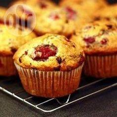 Weiße Schokolade-Himbeermuffins - Diese leckeren Muffins werden mit leicht säuerlichen Himbeeren und weißen Schokolatropfen gebacken, was wunderbar harmoniert. @ de.allrecipes.com