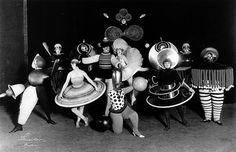 Oskar Schlemmer (1888-1943), pintor escultor y diseñador, fue el creador del Ballet Triádico (1920) dentro de la escuela alemana Bauhaus. El nombre, viene debido a que se divide en tres partes y en él se fusionan la danza, la indumentaria y la música, además de tener tres partes cromáticas: amarillo, rosa y negro. - See more at: http://www.loreakmendian.com/web/blog/es/#sthash.RMmfI63W.dpuf