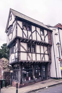One of my favourite little spots in the friendly city of Exeter is the House that Moved, a fine example of Tudor architecture meets modern engineering. Tudor House, Tudor Cottage, Maison Tudor, Casas Tudor, Casa Estilo Tudor, Die Tudors, Exeter Devon, Great Fire Of London, Tudor Style Homes