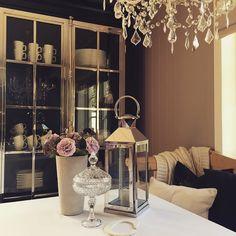 #Repost @cathrinebjorkesett  Elsker dette nydelige Manhattan vitrineskapet mitt fra @classicliving   #manhattanluxcabinetblack #manhattanluxcabinet #manhattancollection #classicliving #cabinet #glammøbler #møbler #interiør #interior #love #spisestue #diningroom #hjem #home #mynorwegianhome #dreaminterior555 #interior123 #interior125 #interior4all