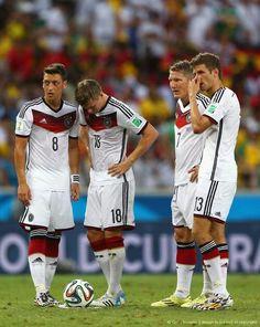 """I run, you run, he runs."" Mesut Özil, Toni Kroos, Bastian Schweinsteiger and Thomas Müller getting ready for their way too complicated pretend free kick German Football Players, Football Is Life, World Football, Soccer Players, Football Team, Toni Kroos, Thomas Müller, Fifa 2014 World Cup, German National Team"