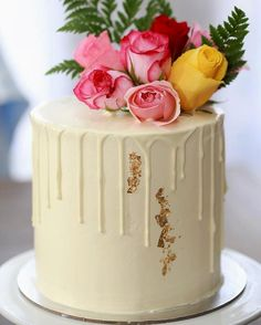 Via @sweetsbyjulia  *** White on White with fresh florals & some gold leaf  Under all the pretty is a chocolate brownie cake with a pudding style Oreo filling  #sweetsbyjulia#pretty#dripcake#goldleaf#freshfloralsrosesgreenerywhiteonwhitemelbournecakesmelbournesweetsmelbournecitychocolatebrownieoreofillingswissmeringuecakestagraminstacakes  DoubleTap & Tag a Friend below #cake #cakes #cakedecorating #cakelover #cakestagram