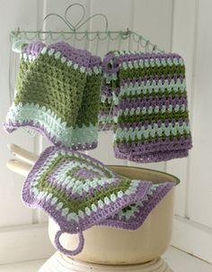 De små køkkenhåndklæder og sekskantede grydelapper er rigtig nemme at lave, og så pynter de i sommerkøkkenet