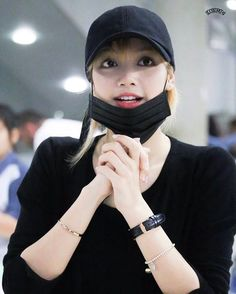 ♡ Her outfit is so simple but she looks so graceful, you feel me? Ahh I'm so happy she's spending the Lunar New Year with her family  #WelcomeToThailandLISA #WelcomeLaliceToThailand . [170127] Lisa @ Suvarnabhumi Airport Source: sdcsecret (Twitter)