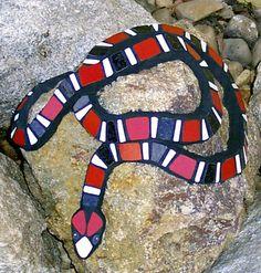 Steine mit Mosaik als Gartendeko.