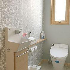 女性で、3LDKの、Bathroom/ナチュラル/アクセントクロス/北欧/シンプル/北欧雑貨/ナチュラルインテリア/北欧インテリア/トイレ収納/フィンレイソン/シンプルインテリア/トイレ 壁紙/暮らしを楽しむ/フィンレイソン タイミについてのインテリア実例。 「トイレはリクシルのタ...」 (2018-03-15 14:10:32に共有されました)