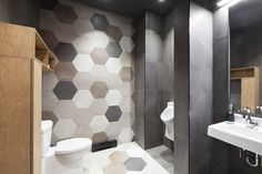 Akelius Montréal _ Men's funky washroom. Céragrès hexagon tile. Russian Plywood furnishingsé