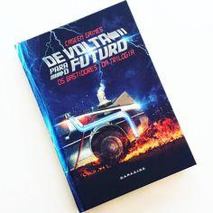 """Vem conferir a resenha do livro que fala sobre os bastidores da trilogia """"De volta para o futuro""""! """"Aperte os cintos, porque se meus cálculos estiverem corretos, quando esta belezinha chegar a 88 milhas, você verá algo surpreendente"""".   - #resenha #livros #backtothefuture #devoltaparaofuturo #trilogia #darkside #delorean #instabook #darksidebooks #bookaholic #book #instalove #mistery #martymcfly #hoverboard #docbrown #blogger #caseengaines #timetravel #timemachine #emmett"""