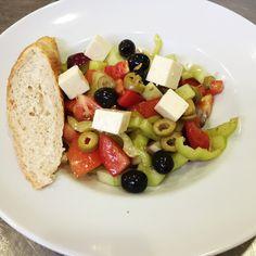 Denné menu Vranov | Grécky šalát s feta syrom a olivami, toast #DenneMenu #Restauracia Reštaurácia Hotel Patriot*** #GreckySalat #FetaSyr #Toast