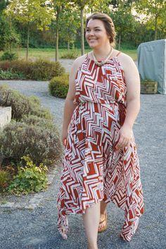 Geometrisches Muster-Sommerkleid von H&M+ in rost-rot und weiß | Plus Size Fashion Curvy Outfit
