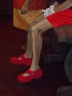 Props and costumes by Jussara Santos - Silk Stockings handpainted woodgrain, for the character Pinocchio