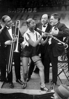 Josephine Baker, playing the clarinet at the Caf' Conc Festival at the Stade Buffalo Velodrome, Montrouge, Paris, Fête des Caf' Conc' is an annual charity event in aid of retired performers' benevolent fund. Photo by Roger Viollet African American Makeup, African American Hairstyles, African American History, Native American, Josephine Baker, Vintage Black Glamour, Vintage Beauty, Vintage Art, What About Bob