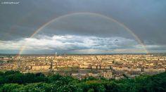 Lyon sous un double arc-en-ciel, observé depuis la colline de Fourvière.