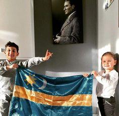 Türkyurdu Sekelistan'ın ay yıldızlı bayrağını küçücük eliyle tutan Türk balaları diğer elleriyle Bozkurt selamı vererek, Başbuğ Atatürk'ün önünde bağımsızlık için and içiyorlar...