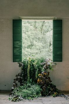 Wedding greenery inspiration Photo: @serena_genovese Italy Country, Wedding Vendors, Wedding Cakes, Through The Window, Ceremony Backdrop, Italy Wedding, Photography And Videography, Rustic Chic, Garden Wedding