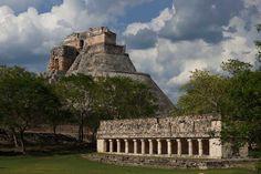 Al fondo la Pirámide del Adivino, en la Zona-Arqueológica de Uxmal Yucatán