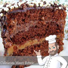 Estava com muita vontade de comer bolo de chocolate em meu aniversário. Fiz a massa do Bolo de Frutas de Festa , mas coloquei chocolat...