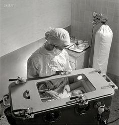 """Incubadora con tanque de oxígeno al fondo en el """"Babies Hospital"""" (Nueva York, 1942)"""