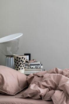 Dra på-lakan för 180×200-säng. 100 procent ekologisk bomull. Stentvättad tuskaft som ger en mjuk och lite krispig känsla. Resår längs sidorna för en perfekt fit. För att slita så lite som möjligt på textilierna och miljön rekommenderar vi att våra produkter tvättas i 40°.