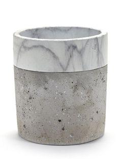 Minimalistický+betonový+květináč+vás+zaujme+nejen+mramorovou+glazurou+keramického+prstence+u+horního+okraje,+ale+zejména+výraznou+pórovitou+strukturou.+Doporučujeme+kontrast+těchto+dvou+materiálů+umocnit+stálezelenými+rostlinami+svýraznými+listy+nebo+kaktusy+či+sukulenty.+Dobře+se+bude+vyjímat+nejen+na+okenním+parapetu,+díky+své+velikosti+a+mohutnosti+se+uplatn&i...