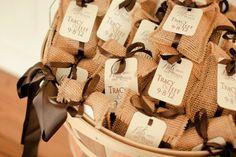 Bolsitas de yute / Recuerdos para invitados / Bodas rústicas / Eventos rústicos / Ideas originales para bodas / Decoraciones bodas / Rustic weddings burlap wedding ideas | Burlap Themed Wedding - Rustic Wedding Chic