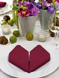 Für Valentinstag, zum Hochzeitstag oder zur Hochzeit: Serviette zum Herz falten. Romantisch und gar nicht kitschig wirkt die zum Herz gefaltete Serviette.