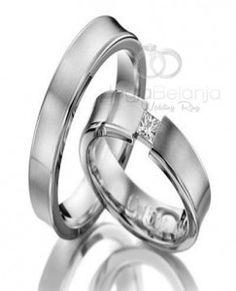Tampil minimalis cincin pasangan ini kami buat dengan bahan palladium 50% yang pas untuk anda pasangan muslim. Desain cincin dibuat sederhana denga tidak banyak ornamen dan hiasan. Cincin pasangan wanita ditambahkan batu zircon warna putih berukuran sedang berjumlah satu yang dipasangkan di tengah cincin. Cincin pasangan pria tampil polosan namun terlihat elegan. SpesifikasiCincin Pernikahan Clarabelle …