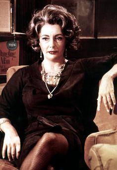 """ET als Martha in """"Wer hat Angst vor Virginia Woolf?"""" 32-jährig spielt sie eine """"um die 50"""" alkoholkranke Professoren-Gattin, die eine Nacht lang ihrem Mann und zwei Gästen das Leben zur Hölle macht. Vielleicht ihre beste Leistung. Neben dem Oscar hat sie dafür alle wichtigen Darstellerpreise gewonnen."""