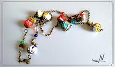 sautoir en perles textiles colorées et chaînette de bronze : Collier par lydia-nowik