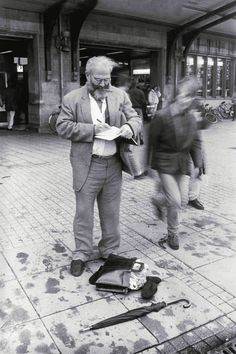 Oliver Sacks captures a thought in his journal at Amsterdam's busy train station (Photograph by Lowell Handler from On the Move)