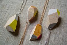 Wood&cut, pendenti da indossare (vari colori, catene oro e argento). Shop su Etsy: https://www.etsy.com/it/shop/Woodncut?ref=shopinfo_shophome_leftnav