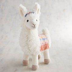 Llamas and alpacas are stampeding into 2018 to add some fluff to your life. This trend is totally quirky and fun, and we can't imagine a cozier animal to steal the winter spotlight. Alpacas, Alpaca Peluche, Diy Inspiration, Cute Dorm Rooms, Baby Rooms, Girl Nursery, Boho Nursery, Cheap Home Decor, Decoration