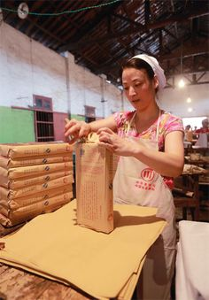 Wraping Qing brick tea at Zhao Li Qiao Tea Factory (趙李橋茶廠).