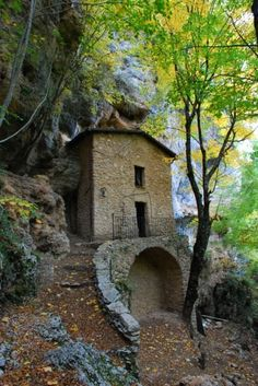 Sulla Via dei lupi, un incontro di meraviglie Dream Properties, Secret Places, Medieval, Top Of The World, Fairy Houses, Great View, Abandoned Places, The Great Outdoors, Places To See