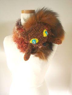 ファー使いの襟巻き。キツネの手編みに足が付いています。目はラインストーンやビーズをなど使用。顔の後ろにクリップが付いています。巻き方も画像を参考にどうぞ。この...|ハンドメイド、手作り、手仕事品の通販・販売・購入ならCreema。