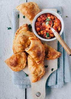 Empanada's met kip en chorizo Lunch Snacks, Vegetarian Finger Food, Vegetarian Lunch, Appetizer Recipes, Appetizers, Good Food, Yummy Food, Comida Latina, Relleno