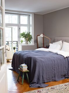 At home with the colour specialist at Jotun, Lisbeth Larsen, in Oslo Norway. Interior Wall Colors, Grey Interior Design, Bedroom Wall Colors, Bedroom Decor, Neutral Bed Linen, Pottery Barn Teen Bedding, King Bedding Sets, Printed Cushions, House Beds