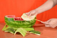 A watermelon carved to look like a pirate ship makes a charming and refreshing addition to the spread at a summertime cookout or pirate-themed birthday par Watermelon Fruit Bowls, Watermelon Carving, Watermelon Ideas, Pirate Food, Pirate Theme, Pirate Party, Pirate Ship Watermelon, Pirates Dinner, Cub Scout Activities