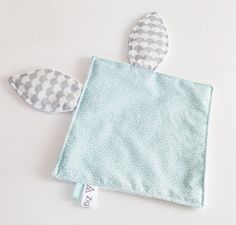 Doudou rabbit tags square water green - gray waves and fleece back white dots fabric Sewing Hacks, Sewing Crafts, Sewing Projects, Sewing For Kids, Baby Sewing, Baby Glider, Mobiles For Kids, Diy Bebe, Baby Sensory
